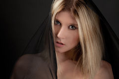 Mooie Vrouw in het Hoofd Behandelen royalty-vrije stock afbeeldingen