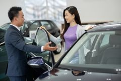 Mooie vrouw het kopen auto royalty-vrije stock foto's