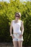 Mooie vrouw in het openlucht plaatsen Stock Fotografie