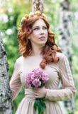 Mooie vrouw in het park royalty-vrije stock afbeelding
