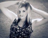 Mooie vrouw in het park stock afbeeldingen