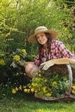 Mooie vrouw het plukken bloemen Stock Foto's