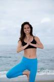 Mooie vrouw het praktizeren yoga bij strand Royalty-vrije Stock Foto's
