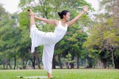 Mooie vrouw het praktizeren yoga in het park Royalty-vrije Stock Afbeeldingen