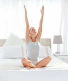 Mooie vrouw het praktizeren yoga op haar bed Royalty-vrije Stock Foto's