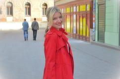 Mooie vrouw in het rode jasje Royalty-vrije Stock Afbeeldingen