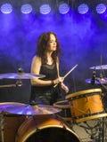 Mooie vrouw het spelen trommels op stadium Stock Foto