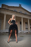 Mooie vrouw in het zwarte kleding openlucht stellen. Sexy vrouw in modieuze retro scène. Elegante vrouw voor een kasteel. Portret Royalty-vrije Stock Afbeeldingen