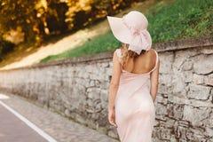 Mooie vrouw in hoed Stock Afbeeldingen