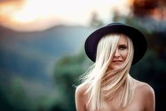 Mooie vrouw in hoed Royalty-vrije Stock Foto's