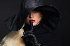 Mooie vrouw in hoed en leerhandschoenen Retro mannequinmeisje De heks van Halloween Stock Afbeeldingen