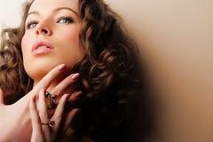 Mooie vrouw. Juwelen en Schoonheid Stock Foto