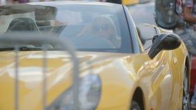 Mooie vrouw in kleding dichtbij de auto stock videobeelden