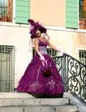 Mooie vrouw in kleurrijk kostuum en masker op één van Venetiaanse bruggen Stock Foto's