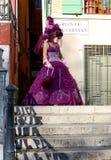 Mooie vrouw in kleurrijk kostuum en masker op één van Venetiaanse bruggen Stock Foto