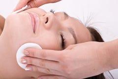 Mooie vrouw in kuuroord. Gezichts massage. Royalty-vrije Stock Foto