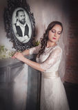 Mooie vrouw in lange huwelijkskleding Royalty-vrije Stock Afbeelding