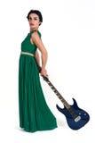 Mooie vrouw in lange kleding met gitaar stock afbeeldingen
