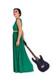 Mooie vrouw in lange kleding met gitaar stock afbeelding