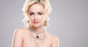 Mooie vrouw in luxejuwelen Aantrekkelijk jong meisje die gouden juwelen dragen Royalty-vrije Stock Foto