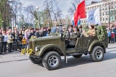 Mooie vrouw - majoor van de auto van de legeraandrijving op parade royalty-vrije stock foto's