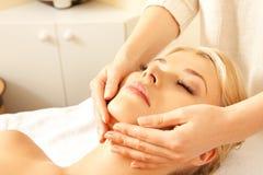 Mooie vrouw in massagesalon Stock Afbeeldingen