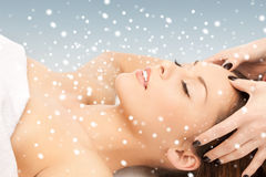 Mooie vrouw in massagesalon stock afbeelding