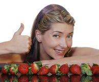 Mooie vrouw met aardbeien Royalty-vrije Stock Afbeeldingen