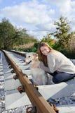 Mooie vrouw met aardige hond bij spoorwegen Stock Foto's