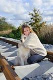 Mooie vrouw met aardige hond bij spoorwegen Royalty-vrije Stock Afbeeldingen