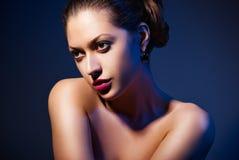 Mooie vrouw met avondsamenstelling Stock Foto's