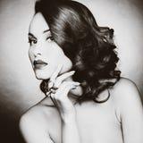 Mooie vrouw met avondsamenstelling Royalty-vrije Stock Foto's
