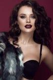 Mooie vrouw met avondsamenstelling, donkere lippen en lang krullenhaar Rokerige ogen De foto van de manier Stock Fotografie