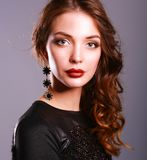 Mooie vrouw met avondsamenstelling in zwarte kleding Royalty-vrije Stock Foto's