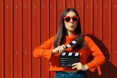 Mooie Vrouw met Bioskoopklep op Rode Achtergrond stock afbeelding