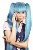 Mooie vrouw met blauw haar dat op telefoon spreekt Stock Afbeelding