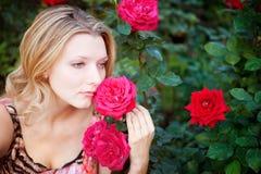Mooie vrouw met bloem Stock Afbeelding