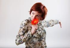 Mooie vrouw met bloem in haar handen Stock Afbeelding