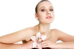 Mooie vrouw met bloem het stellen over wit royalty-vrije stock foto's