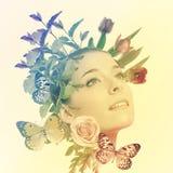 Mooie vrouw met bloemen en vlinders Stock Afbeelding