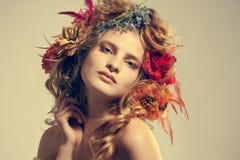 Mooie vrouw met bloemen in haar haar Royalty-vrije Stock Afbeeldingen