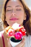 Mooie vrouw met bloemen thuis stock afbeeldingen