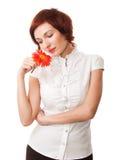 Mooie vrouw met bloemgerbera in haar handen Stock Foto
