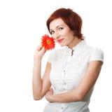 Mooie vrouw met bloemgerbera in haar handen Royalty-vrije Stock Foto