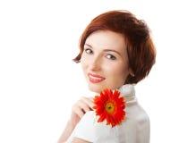 Mooie vrouw met bloemgerbera in haar handen Stock Afbeeldingen