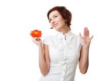 Mooie vrouw met bloemgerbera in haar handen Royalty-vrije Stock Afbeeldingen
