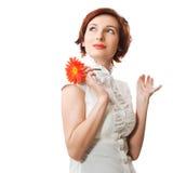 Mooie vrouw met bloemgerbera in haar handen Royalty-vrije Stock Foto's