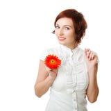 Mooie vrouw met bloemgerbera in haar handen Royalty-vrije Stock Afbeelding