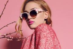 Mooie vrouw met blond haar in vrijetijdskleding stock fotografie