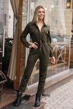 Mooie vrouw met blond haar in vrijetijdskleding die op de straat dichtbij koffie stellen stock foto's